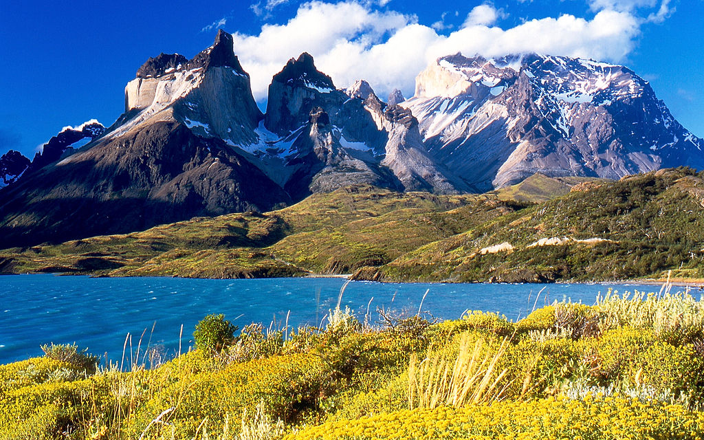 1024px-Cuernos_del_Paine_from_Lake_Pehoé-1.jpg